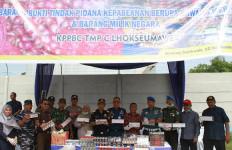 Puluhan Ton Bawang Merah dan Ribuan Batang Rokok Ilegal Dimusnahkan - JPNN.com
