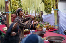 Warga Rebutan Air Sisa Jamasan Tombak Pusaka Kiai Upas - JPNN.com