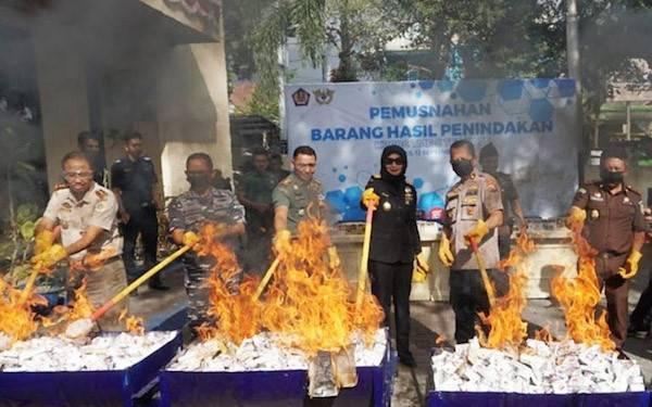 Bea Cukai Ternate Musnahkan Rokok dan Vape Ilegal Senilai Ratusan Juta - JPNN.com