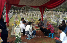 Peziarah Masih Berdatangan ke Makam BJ Habibie, Seperti ini Suasananya... - JPNN.com