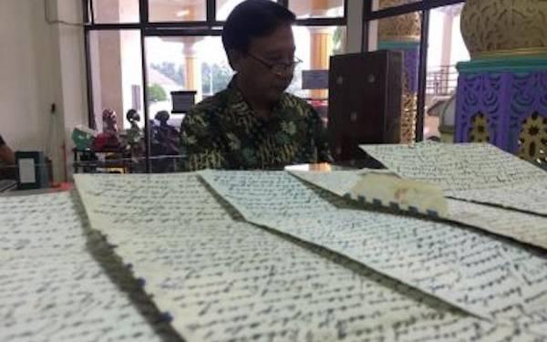 Sejarawan Pamer 10 Surat Tulisan Tangan RA Habibie Berisikan Kerinduan untuk BJ Habibie - JPNN.com