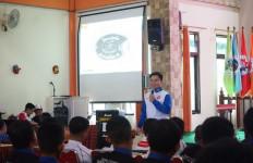 Adenanta Putra Berbagi Ilmu Balap ke Pelajar SMKN 10 Malang - JPNN.com