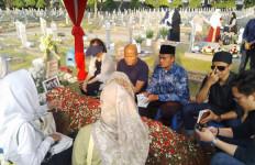 Adrie Subono Boyong Keluarga Berziarah ke Makam BJ Habibie - JPNN.com