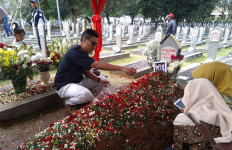 Untag Pranata, Peziarah Istimewa yang Meninggalkan Surat di Makam BJ Habibie - JPNN.com