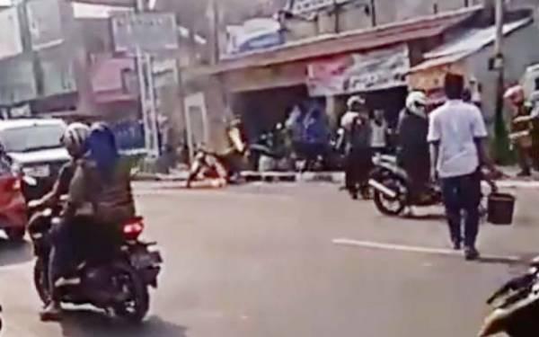 Tidak Terima Ditilang, Pemuda di Cianjur Bakar Motor di Depan Polisi - JPNN.com
