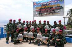 Horas! Marinir Peduli Danau Toba Tebar Bibit Ikan Emas di Tigaras - JPNN.com