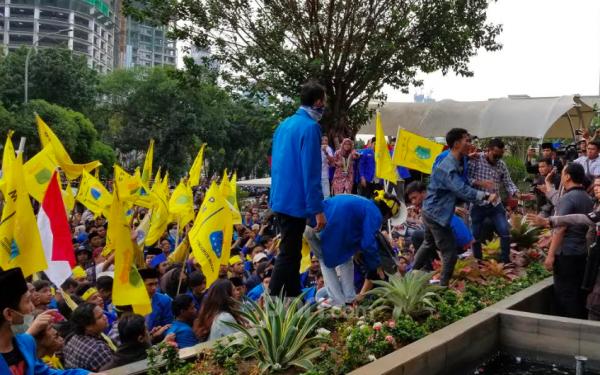 Demo Mahasiswa PMII Lempari Gedung KPK dengan Telur, Anggota Brimob jadi Sasaran - JPNN.com