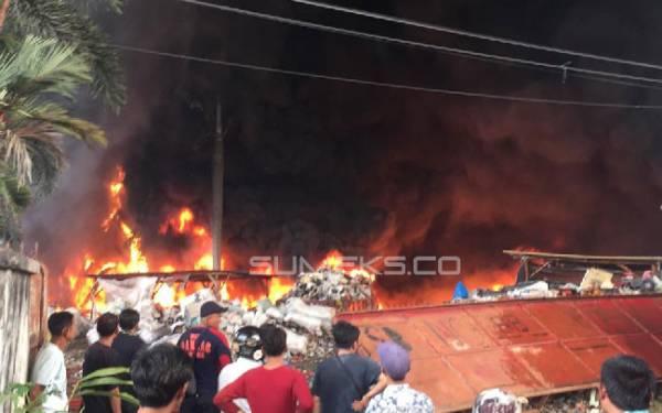 Kobaran Api Merambat ke Permukiman, Banyak Warga Teriak Histeris dan Menangis - JPNN.com