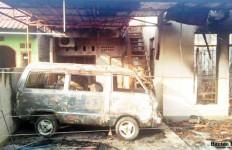 Dilempar Petasan, Rumah, Mobil dan Dua Motor Gosong - JPNN.com