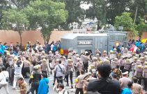 Massa Beratribut PMII Bentrok dengan Polisi di Depan KPK, Nih Fotonya - JPNN.com