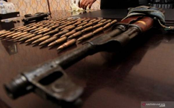 Abu Razak Tewas Usai Baku Tembak, 3 Anggota KKB Menyerah, Raider Bawa AK-47 - JPNN.com