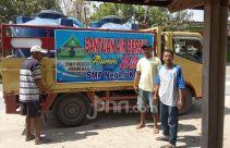 Warga Antusias Sambut Air Bersih dari Alumni SMPN Kuwu 88 - JPNN.com
