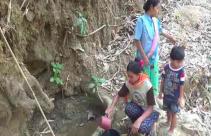 Kekeringan, Warga Terpaksa Jalan ke Tengah Hutan untuk Dapatkan Air Keruh - JPNN.com