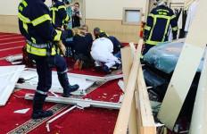 Mobil Tabrak Masjid Agung Alharam, Pengemudi Bersimbah Darah - JPNN.com