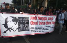 Demo di Depan DPR, Mahasiswa Bentangkan Spanduk RKUHP Ngawur #SaveKPK - JPNN.com