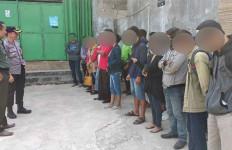 12 Pasangan Mesum Digerebek Saat Lagi Asyik Bermesraan di Dalam Kamar - JPNN.com