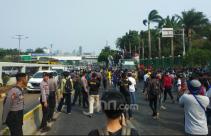 Demo di Depan DPR, Sebagian Jalan Gatot Subroto Ditutup - JPNN.com