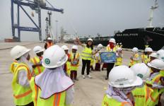 Anak-Anak SD Batubara Belajar Dunia Maritim di Pelabuhan Kuala Tanjung - JPNN.com