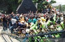 Demo Mahasiswa di Mana-mana, Massa Menjebol Gerbang Gedung Dewan - JPNN.com