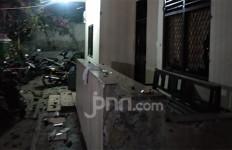 Massa Serang Pos Polisi di Palmerah - JPNN.com