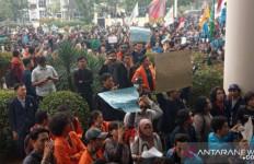 Demo Mahasiswa Hari Ini: Gedung Wakil Rakyat Digeruduk Ribuan Massa - JPNN.com