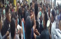 Demo Mahasiswa: Massa Aksi Minta Rekan Mereka yang Ditangkap Segera Dilepas - JPNN.com