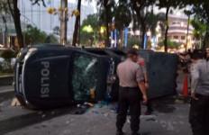 Demo Mahasiswa Rusuh, 7 Mobil Polisi Dirusak, 1 Anggota Dewan Dipukul, 53 Orang Ditangkap - JPNN.com