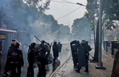 Beredar Kabar Polri Benturan dengan TNI Saat Pengamanan Demo Mahasiswa, Oh Ternyata… - JPNN.com