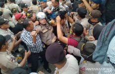 Detik-detik Kapolresta Pekanbaru Pingsan di Tengah Kerusuhan Demo Mahasiswa - JPNN.com