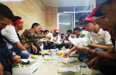 Redam Demo, Mentan Amran Makan Lesehan bersama Peternak - JPNN.com