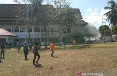 Demo di Kantor DPRD Sultra Rusuh, Kaca Pecah, Pagar Roboh, Mahasiswa Tewas - JPNN.com