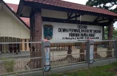 Gedung DPRD Hangus Dibakar Massa, Pelantikan Anggota Dewan di Lapangan - JPNN.com