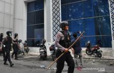 Massa Mahasiswa Bantu Polisi Atasi Demo Pelajar Anarkistis - JPNN.com