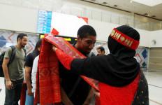 Kalungan Ulos Sambut Peserta Famtrip TA/TO Oman di Medan - JPNN.com