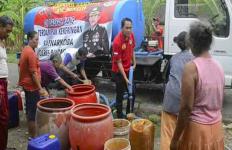 Kasatreskoba Datang Bawa Tangki, Warga Langsung Rebutan Bawa Ember - JPNN.com