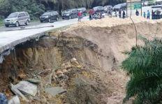 Diguyur Hujan Deras, Jalan Lintas Pekanbaru-Duri di Kilometer 70 Amblas - JPNN.com