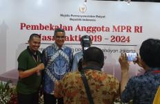 Lihat, Farhan jadi Rebutan Foto Selfie Pegawai MPR - JPNN.com