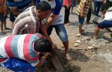 Warga Bongkar Palang Besi Penutup Jalan di Perlintasan Kereta Api - JPNN.com