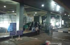 Patut Dicontoh, Usai Unjuk Rasa di Gedung DPRD, Massa Bersihkan Sampah - JPNN.com