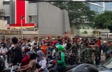 Demo Dijaga Ketat TNI, Tak Ada Pelajar yang Berani Lempar Batu dan Ricuh di Slipi Petamburan - JPNN.com