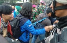 Bikin Adem, BEM SI Bersalaman dengan Polisi Usai Unjuk Rasa - JPNN.com