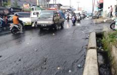 Tiba-Tiba Air Berwarna Hitam Pekat Membanjiri Jalan Raya Puncak Bogor - JPNN.com