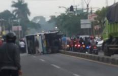 Sopir Ngantuk, Bus Tabrak Separator Jalan dan Mobil Pikap, Dua Orang Tewas - JPNN.com