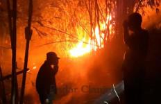 Abah Maman Terjebak di Tengah Kobaran Api yang Membakar Lahan Perkebunan - JPNN.com