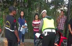 Kocak! Pengendara Pura-Pura Gila Saat Ditilang Polisi - JPNN.com