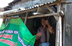 Sungguh Malang Nasib Kakek Ini, Tinggal di Gubuk Samping Kandang Sapi - JPNN.com