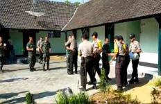 Detik-Detik Menegangkan, Polisi Masuk ke Kantor Koramil Kemudian Saling Berpelukan - JPNN.com