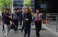 Geledah Rumah Bupati Lampung Utara, KPK Sita Uang Dolar dan Rupiah - JPNN.com