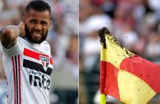 Dani Alves Diserang Tawon, Pertandingan Sempat Dihentikan - JPNN.com