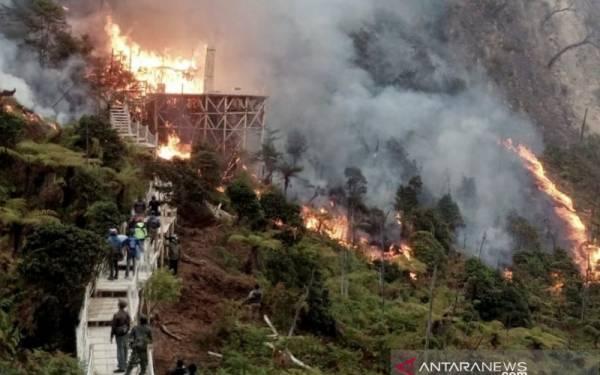 Entah Apa Penyebabnya, Objek Wisata Kawah Putih Kebakaran - JPNN.com